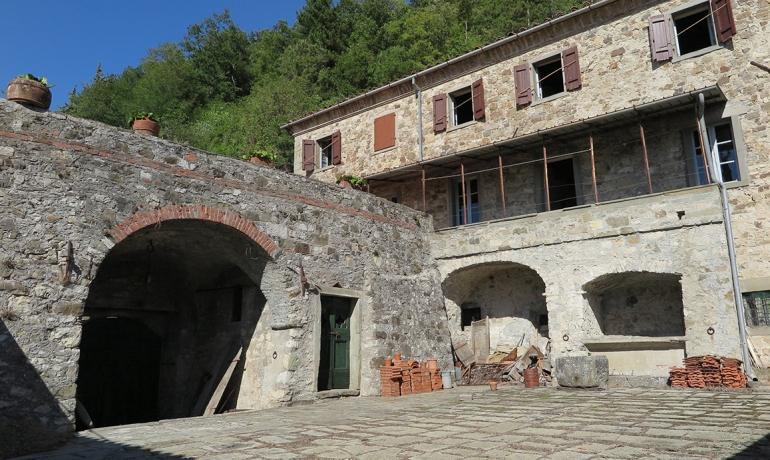 Garfagnana al confine con la Lunigiana  in borgo caratteristico  si vende Rustico con finiture originali d'epoca