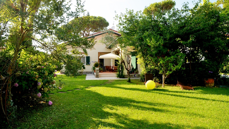 Villa con giardino a Forte dei Marmi